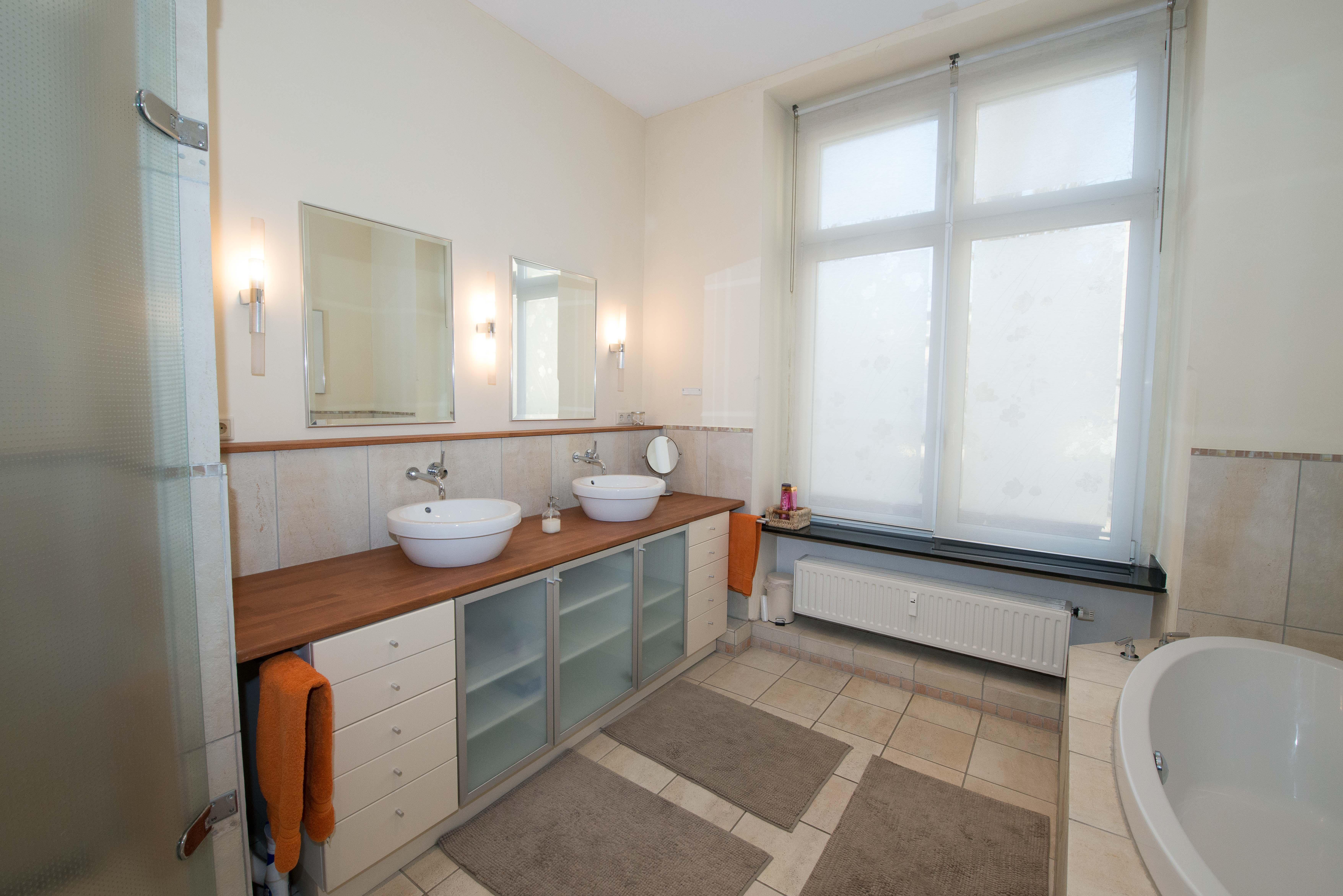 Exklusives Wohnen im Stadtzentrum!  Komfortable Altbauwohnung mit Stuck, hohen Decken und Terrasse!