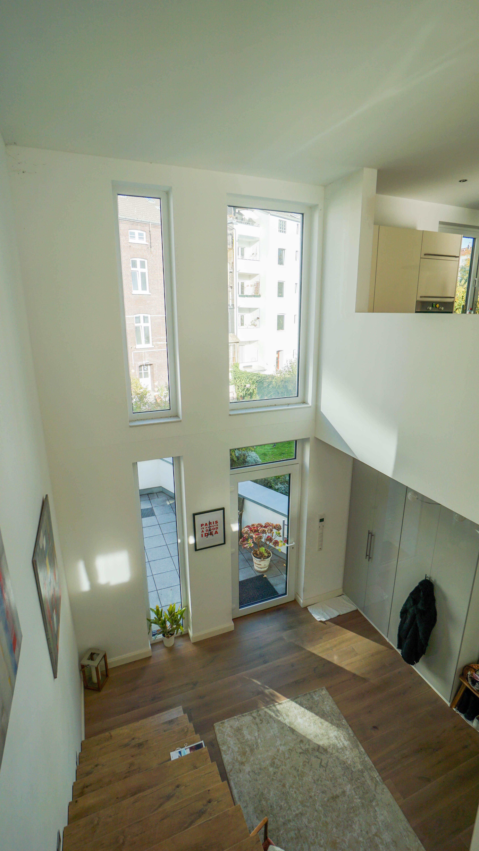 Elegantes Stadthaus im Bauhausstil als Innenhofbebauung mit Atrium und Balkon
