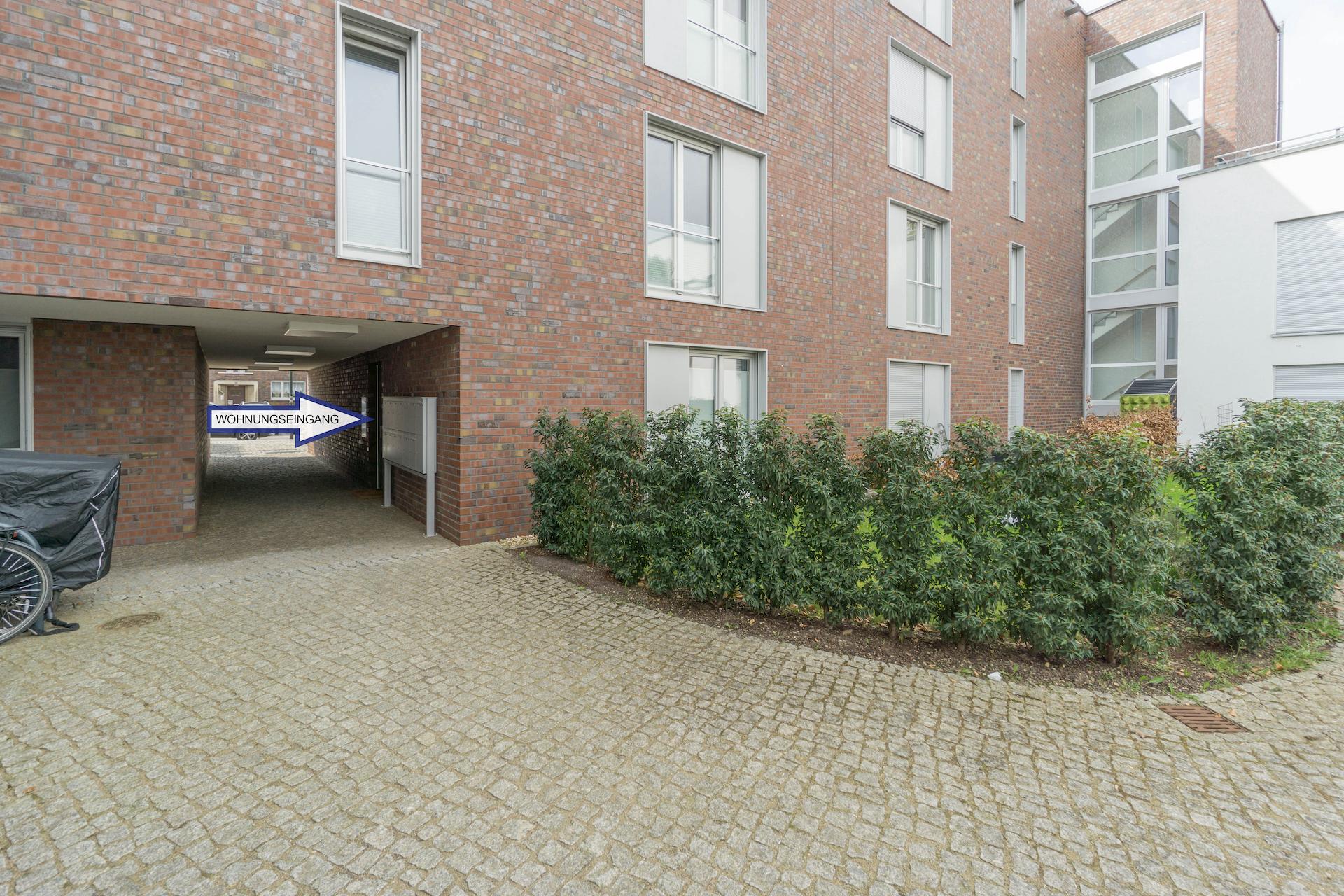 Vollmöblierte 2-Zimmerwohnung mit Garten, Tiefgarage und eigenem Eingang