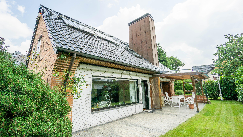 Freistehendes, großzügiges  Einfamilienhaus mit Schwimmhalle und sehr schönem Grundstück