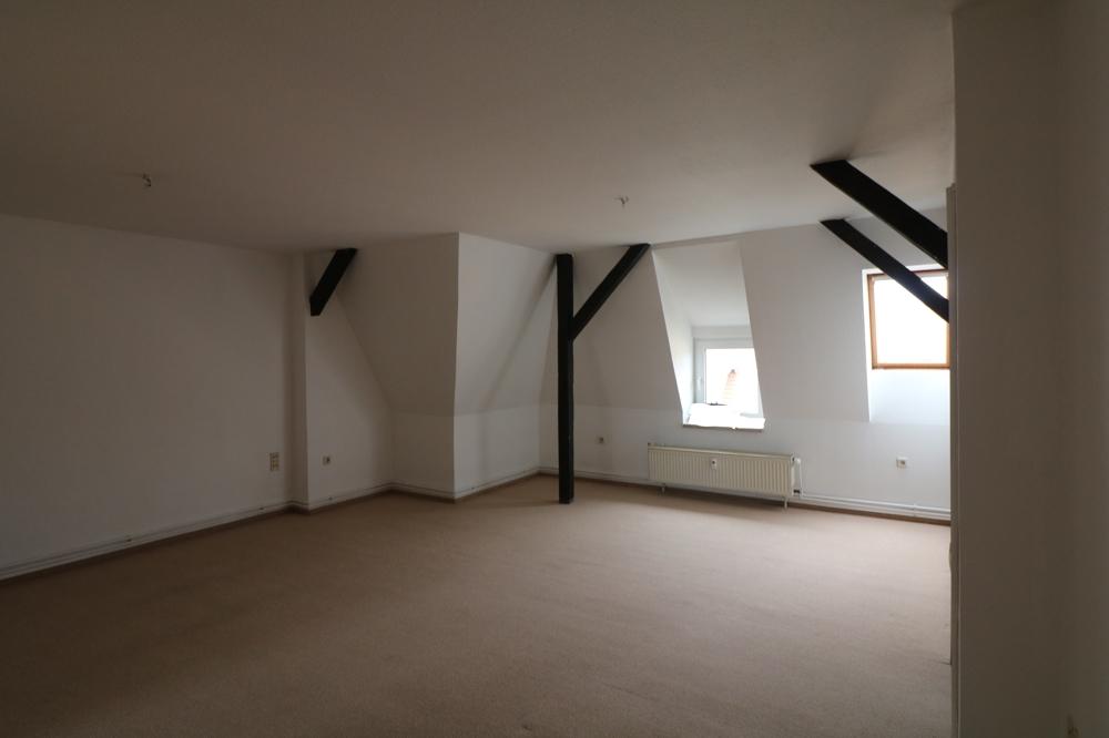 große Zweiraumwohnung im Dachgeschoss in Hainnähe