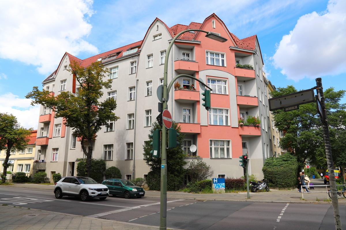 ALBAUCHARME | Gepflegte Eigentumswohnung mit 3 Zimmern, Stuck, Tageslichtbad und Balkon