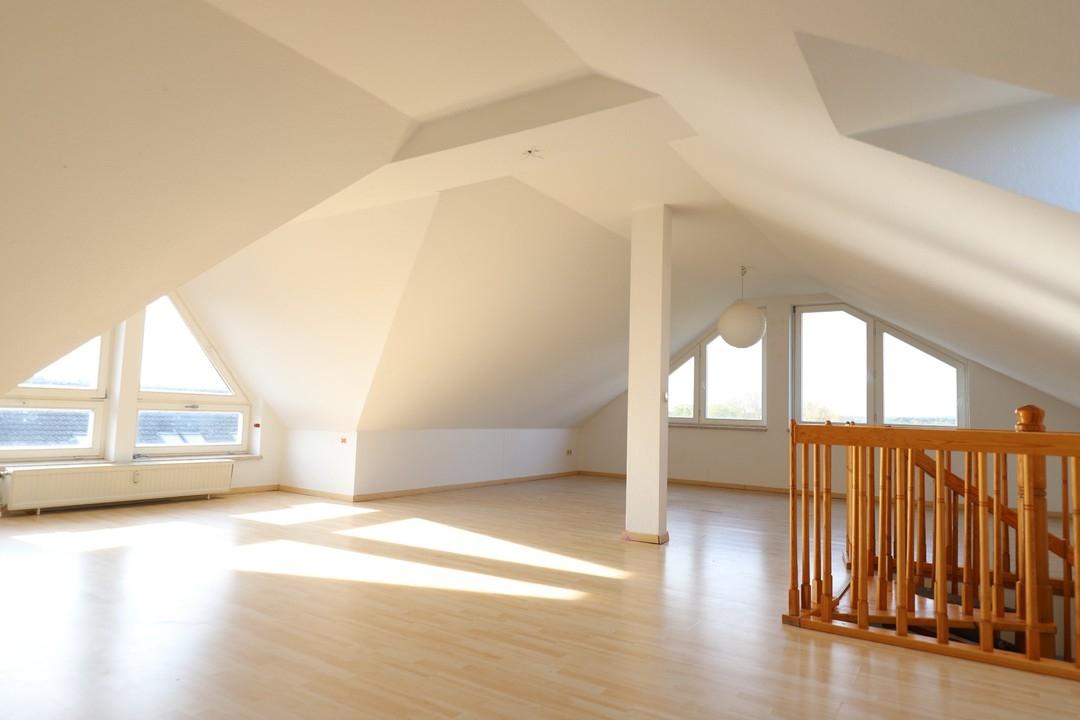 AB SOFORT   Große Maisonettewohnung mit Galerieetage und Tageslichtbad mit Wanne