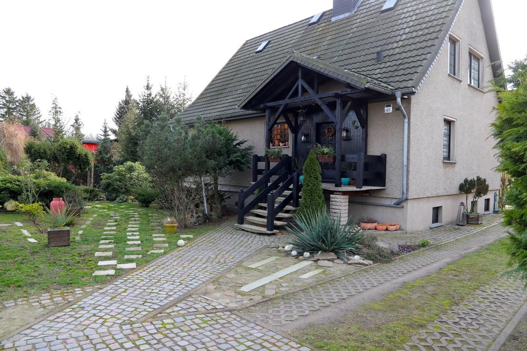 RESERVIERT   Gepflegtes Einfamilienhaus mit Doppelgarage und Pool auf 1063qm Grundstück